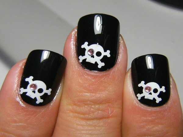 Black Nails With Skulls And Rhinestones