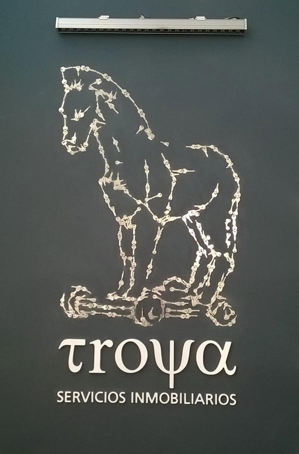 Troya servicios inmobiliarios caballo con llaves