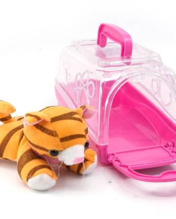 Plišana mačka ili pas u kovčegu. Mekana plišana životinja u svojem kovčegu koju dijete može čuvati i nositi svugdje sa sobom.