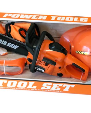 Dječji alat za drvosječu. Dječji alatni set koji sadrži motornu pilu, zaštitnu kacigu, naočale i rukavice.