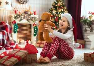 Djevočica se veseli božićnim poklonima