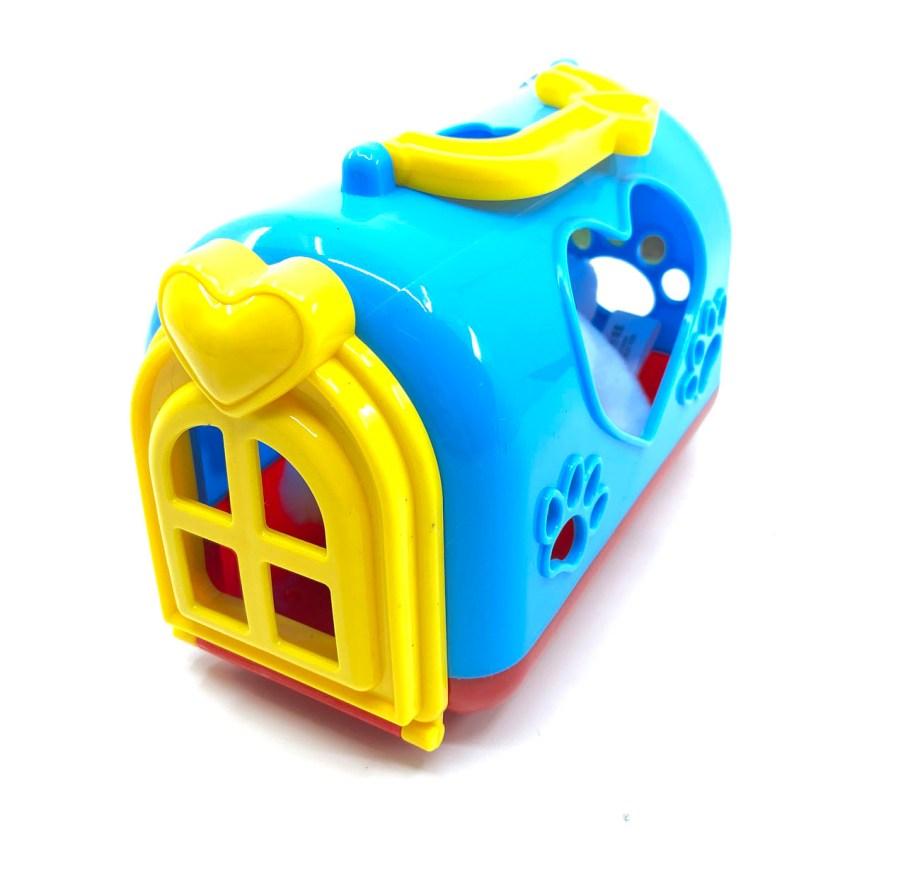 Plišani zeko u kućici, zeko u košarici. Mekani plišanac u plastičnoj košarici, sa vratima i prozorčićima na srca i šape. Plišani zeko visine je 14 centimetara i dolazi u 3 različite boje.