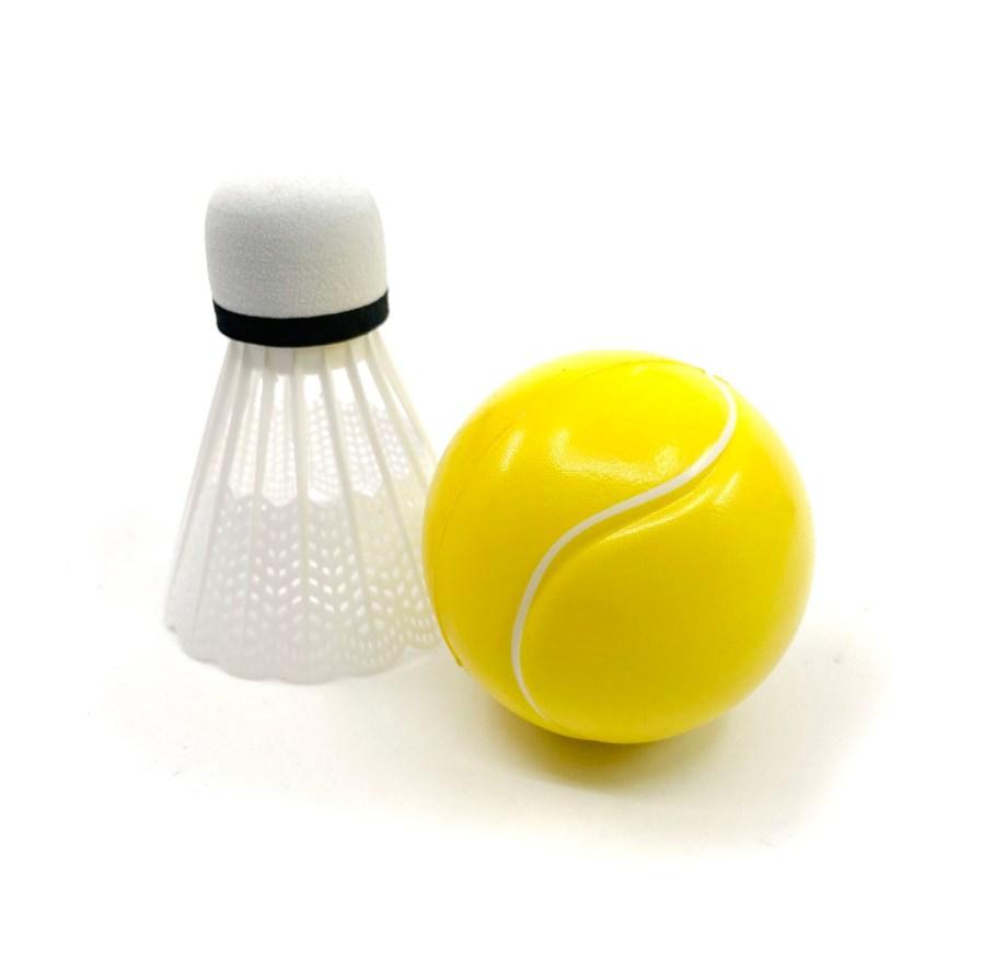 Reketi sa mrežicom sa 2 loptice, Rekete za igru i zabavu. Ovi reketi su idealan proizvod za ljetnu i proljetnu zabavu. U pakiranju se nalaze 2 mrežasta reketa i 2 loptice.