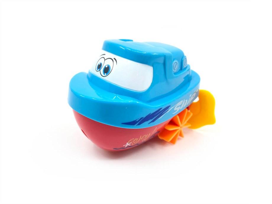 """Brodić za kupanje na navijanje, 3 modela. Simpatićni brodići u 3 različite boje. Brodić za kupanje sadrži špagicu za povlačenje koja radi na principu opruge. Kada se špagica pusti, brodiću se pokrenu """"motori"""" te zaplovi."""