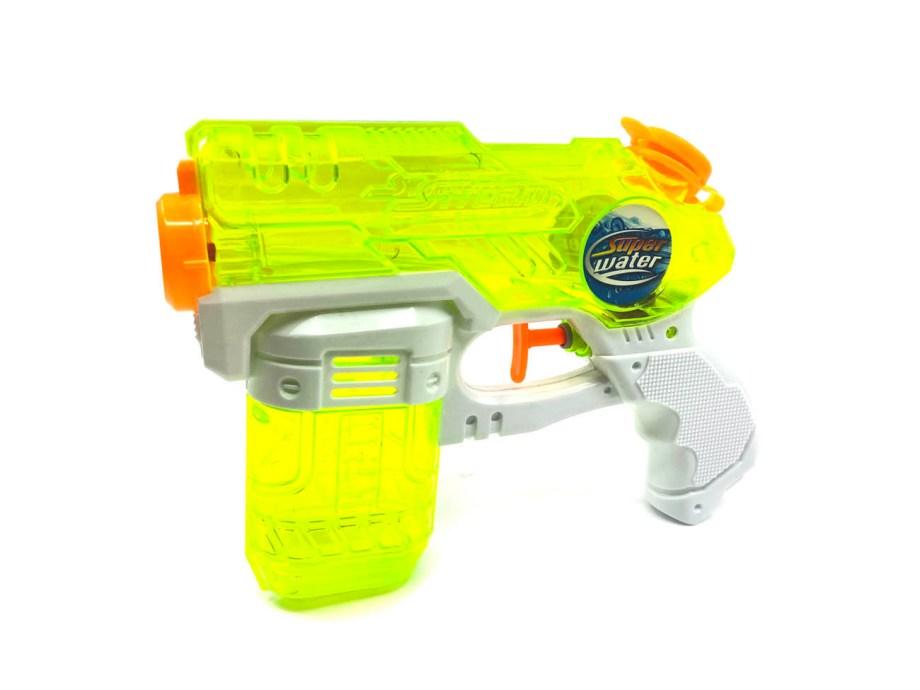 Vodeni pištolj za špricanje 19cm, prozirni, 3 boje. Učinite zabavu na otvorenom još zabavnijom sa ovom igračkom. Vodeni pištolj idealan je za vruće ljetne dane. Napunite ga vodom i zabava može započeti.