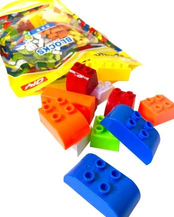 Kocke za slaganje, velike kocke u vrećici, 34 komada. Kocke za slaganje dolaze pakirane u vrćici i sadrže sveukupno 34 kocke i 1 knjižicu prijedloga za slaganje.