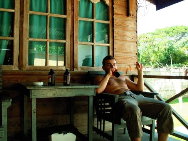 V osade u starého Josepha trávia dovolenkári celý čas na verande...