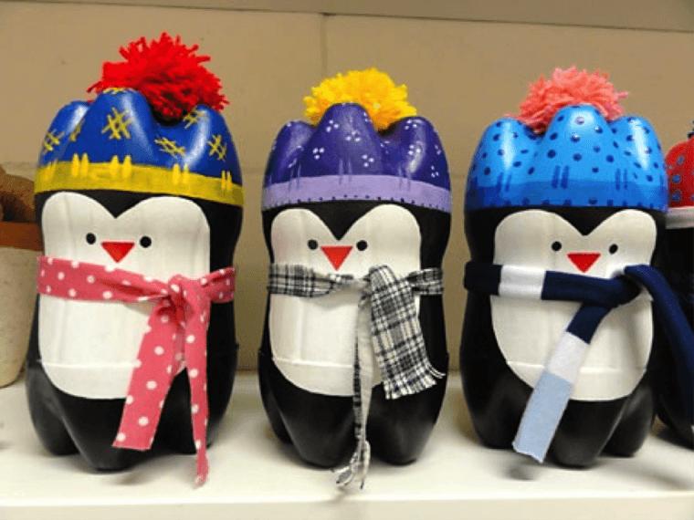 Pingüinos coloridos de la botella plástica simple.