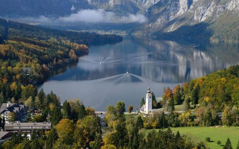 Panoramic boat rides on the lake Bohinj3 min read
