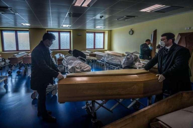 Toliko smrti zaradi covida-19 napovedujejo Sloveniji, a to ni nič proti ostalim