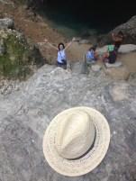 Terenul e foarte accidentat și alunecos, dar am reușit să fotografiez. Între timp, soțul meu se distra pe seama mea. :D