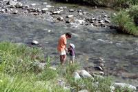 空と川遊び