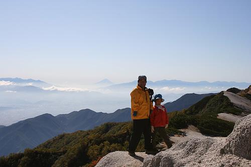 2009/9/20 八ヶ岳、富士山、南アルプスを背に燕岳に立つ