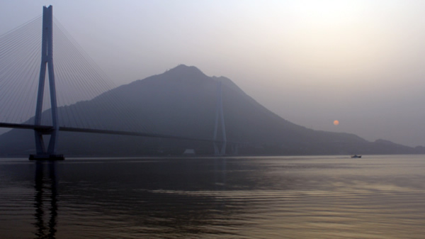 多々羅大橋と日の出
