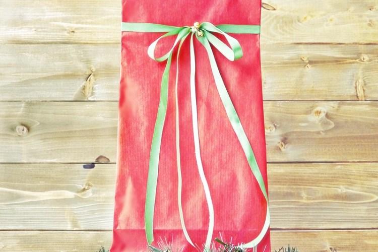 Jak zapakować ubranie na prezent?