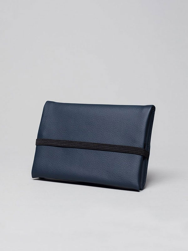 wetheknot-essential-pouch-darkblue-vegan-leather-3_slowli