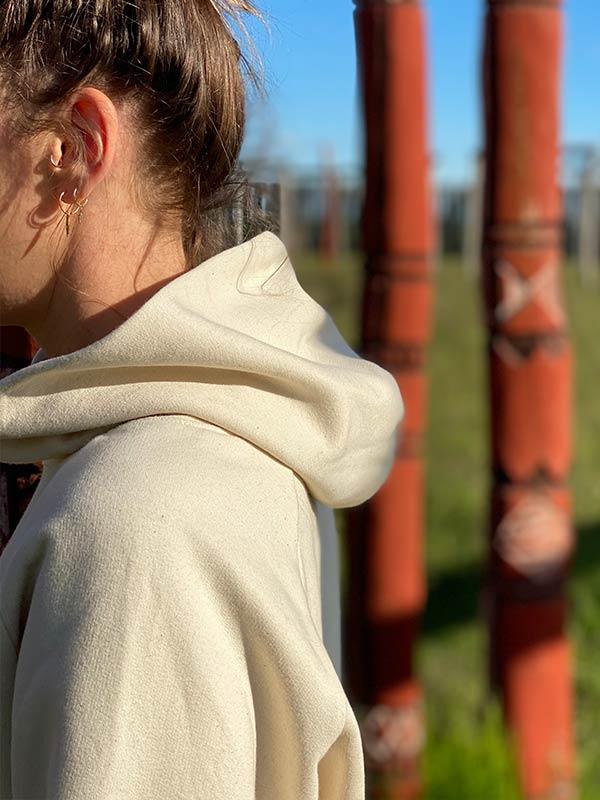 nachhaltiger-pullover-hoodie-mfair-fashion-natuerlich-beige-4-slowli
