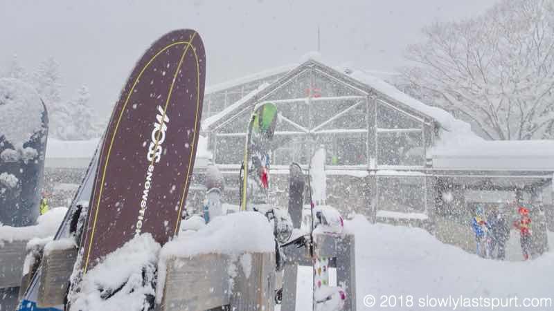 【MOSS SNOWSTICK PT64 レビュー】最初に購入する板悩んでない?違和感なく乗れるパウダーボード
