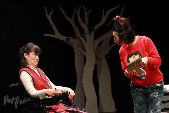장 씨는 배우가 되어 그녀의 인생을 다룬 '역전 만루 홈럼'의 무대에서 열연하고 있다. (출처: 비마이너) http://www.artpan.net/beminor111224/