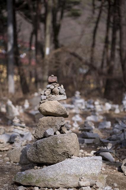 매일 무너져서 다시 쌓아야 하는 돌탑 같이 지리멸렬한 일상이었다.