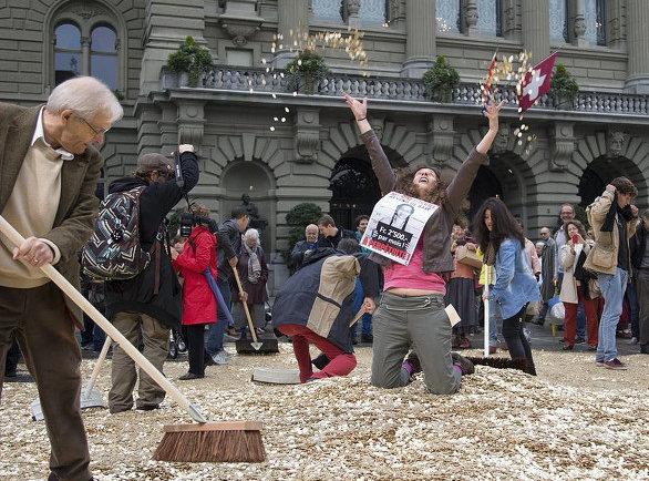 2013년 10월4일 모든 국민에게 월 2,500 스위스프랑(우리 돈 약 300만 원)을 지급하는 걸 골자로 한 기본소득법 국민발의안이 12만여 명의 시민이 서명해 연방의회에 부쳐졌다. 이 날 법안을 주도한 시민단체 회원들은 연방의회 앞마당에 스위스 국민 800만 명을 상징하는 5라펜 동전 800만개를 뿌려놓고, 발의안 통과를 맘껏 축하했다. 기본소득 헌법개정안은 국민투표에 부쳐졌지만, 2016년 6월 5일 찬성 23.1%, 반대76.9%로 부결됐다. (출처: © swissinfo.ch )