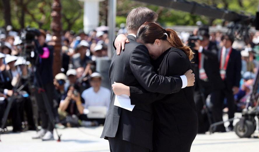 2017년 5.18 기념식에서 광주 민주화항쟁 유족과 포옹하는 문재인 대통령.