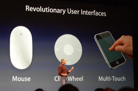 2007년 1월 맥월드에서 아이폰의 인터페이스를 설명하는 스티브 잡스
