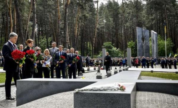 Prezydent Ukrainy Petro Poroszenko oddał hołd ofiarom ...