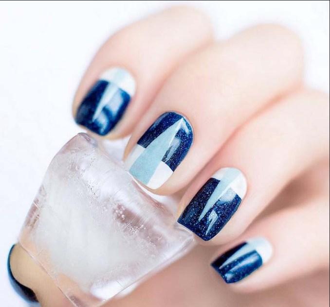 niebieski lakier na paznokciach