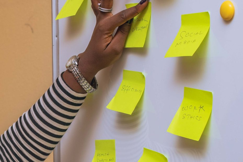 hand of a social media manager putting up post it notes