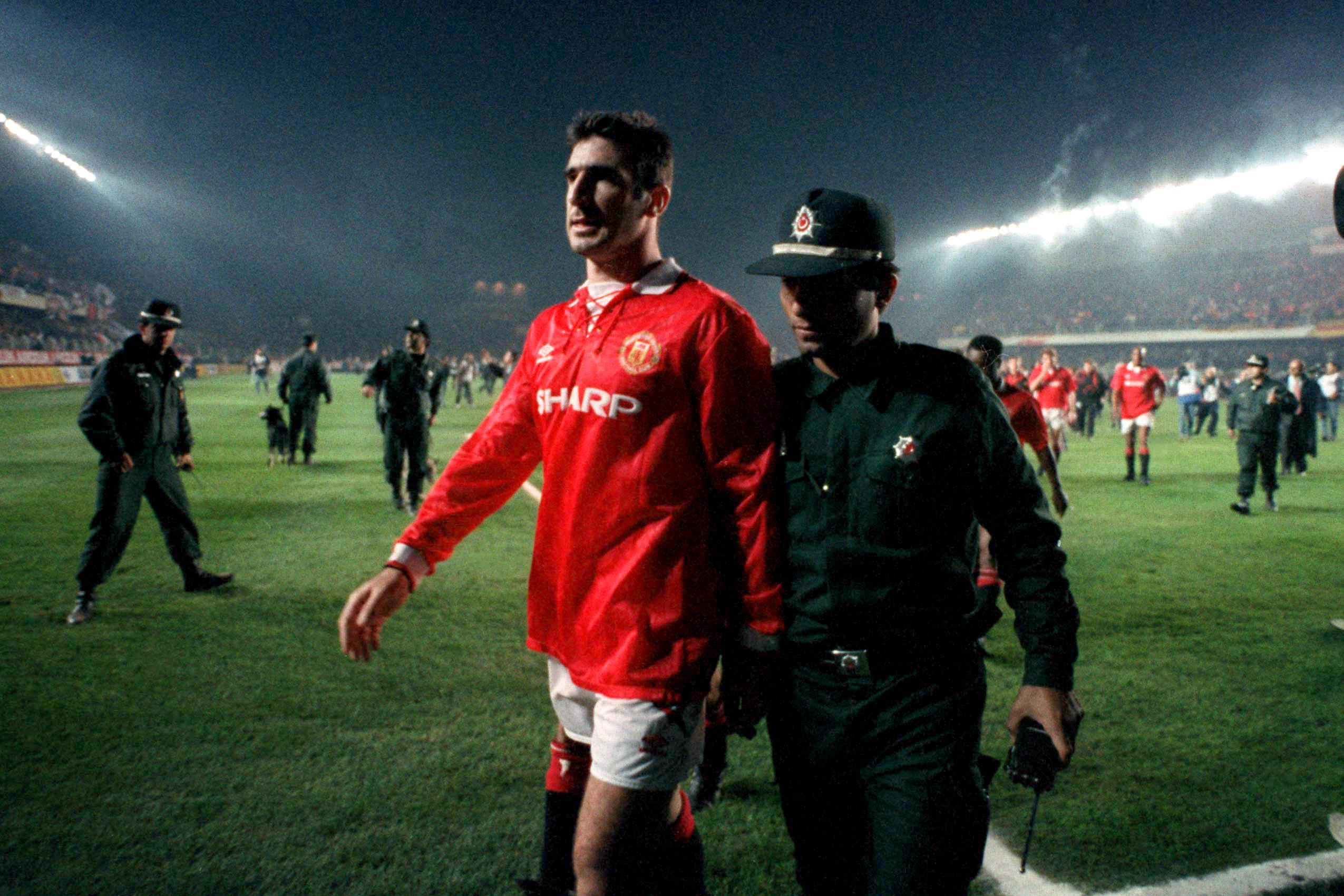 Eric cantona is a manchester united legend but he could have been badly hurt during an infamous champions league showdown with turkish. Όταν ο Cantona πήγε να πλακωθεί με τη μισή αστυνομία της ...