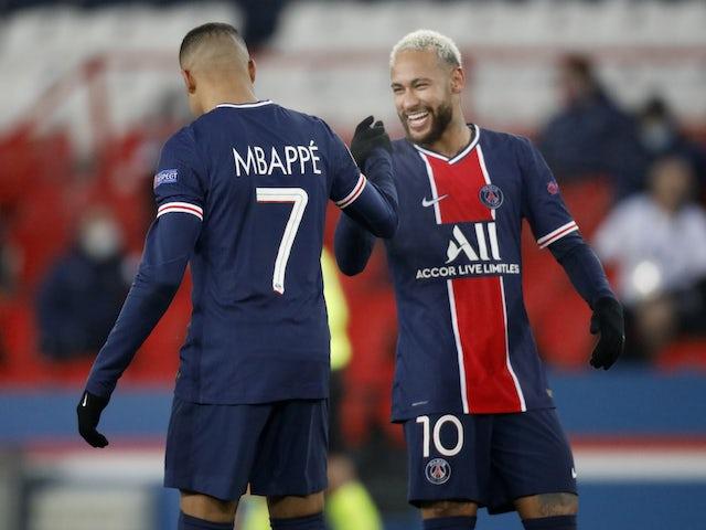 Дуэт ПСЖ Пари Сен-Жермен Неймар и Килиан Мбаппе празднуют победу в матче против Истанбул Башакшехир 9 декабря 2020 г.