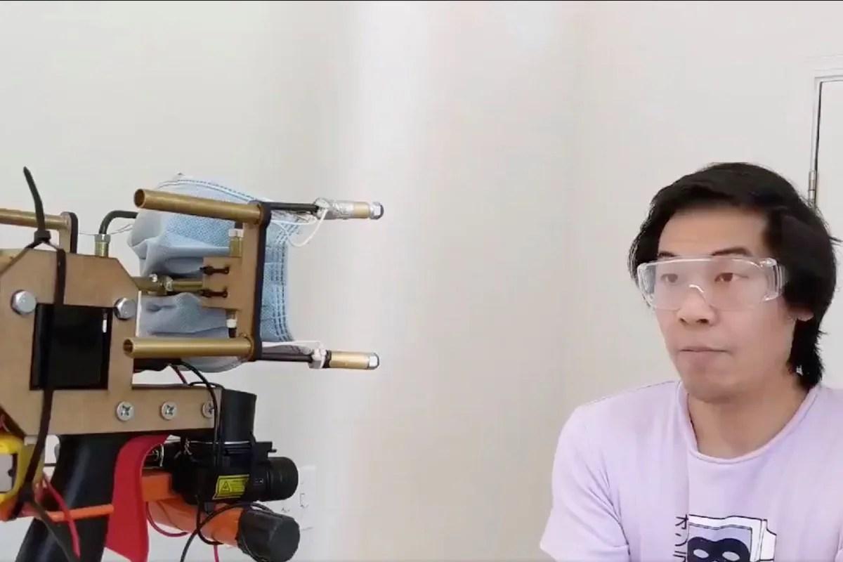 """Questo youtuber ha inventato una macchina """"spara-mascherine"""" per chi non le indossa"""