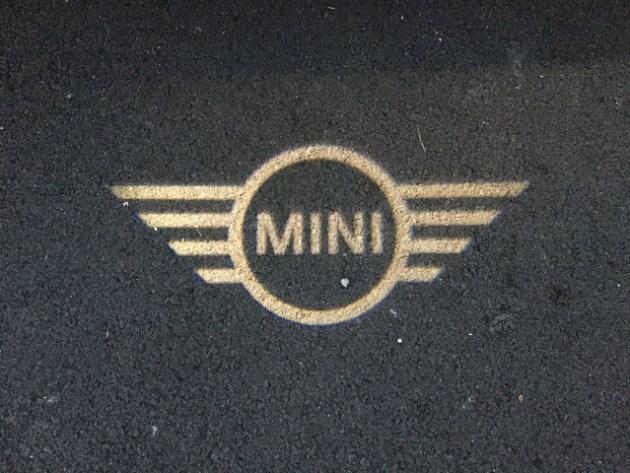 Logo Mini projeté au sol
