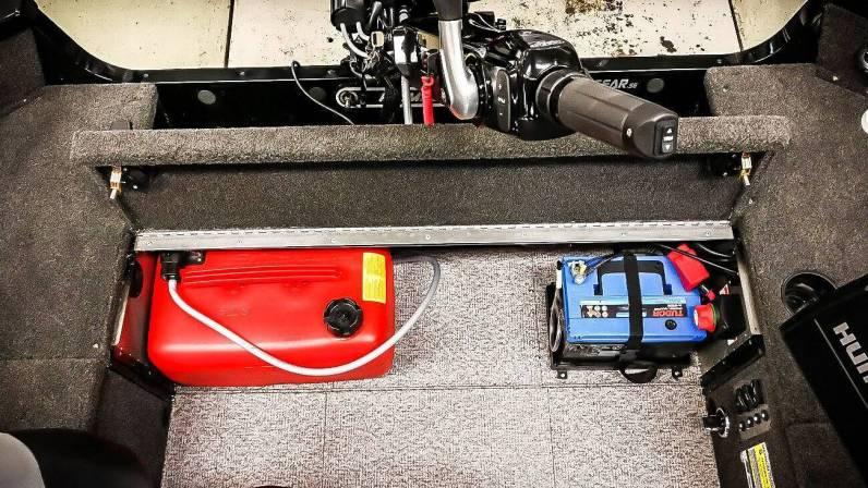 God plads agter til benzindunk og batteri