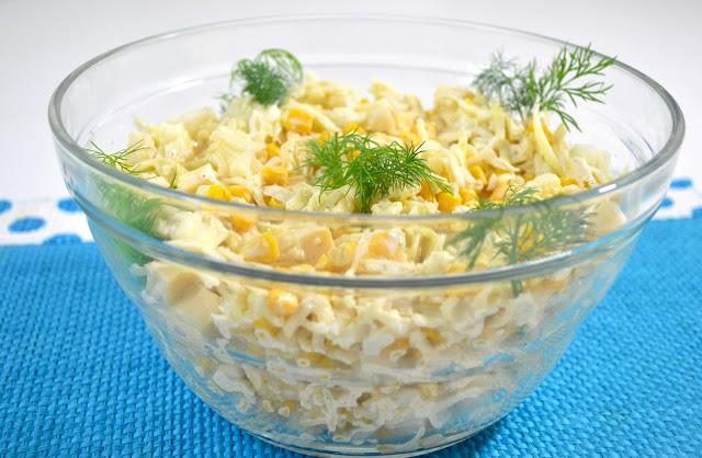 Sałatka z kapustą, surowym kalafiorem, kukurydzą i żółtym serem + film