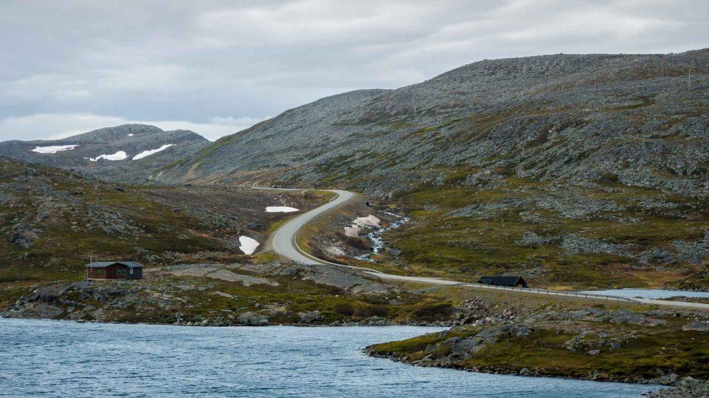 Strada per Gamvik tutta curve taglia l'altipiano