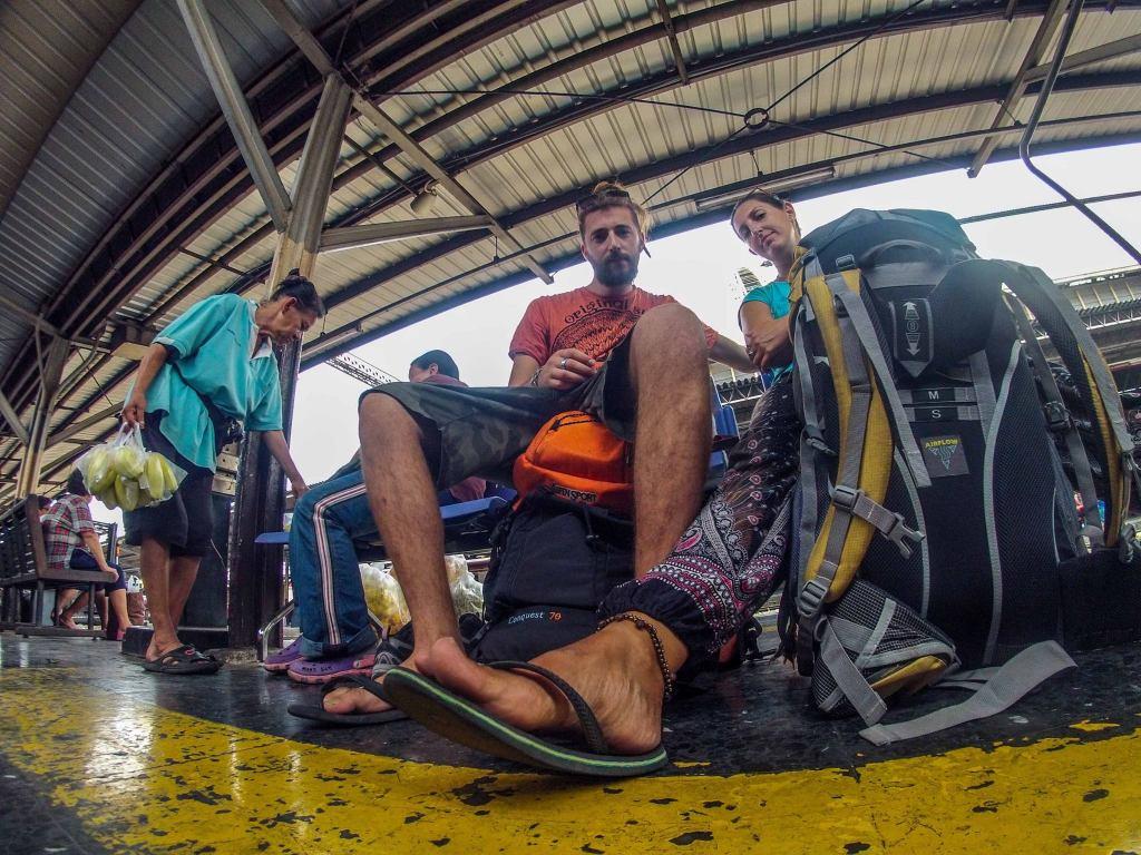 stazione di Bangkok attesa con zaini