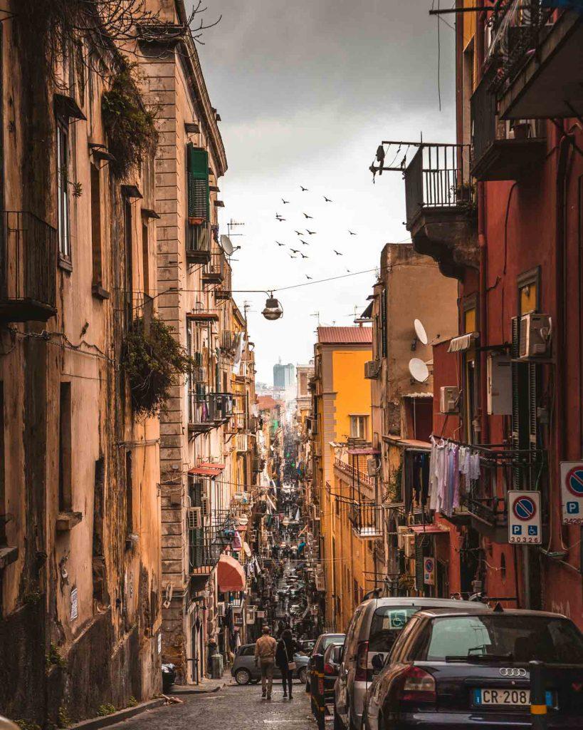discesa verso i quartieri Spagnoli Napoli