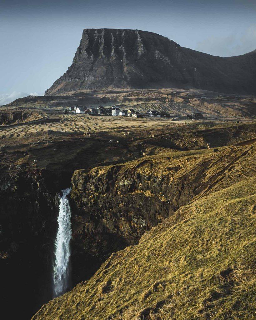 Gásadalur, la cascata di Múlafossur e la montagna mozza alle sue spalle 7 posti da non perdere alle isole Faroe