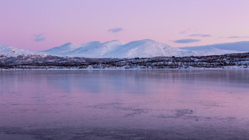 Colori rosa sul lago Torneträsk