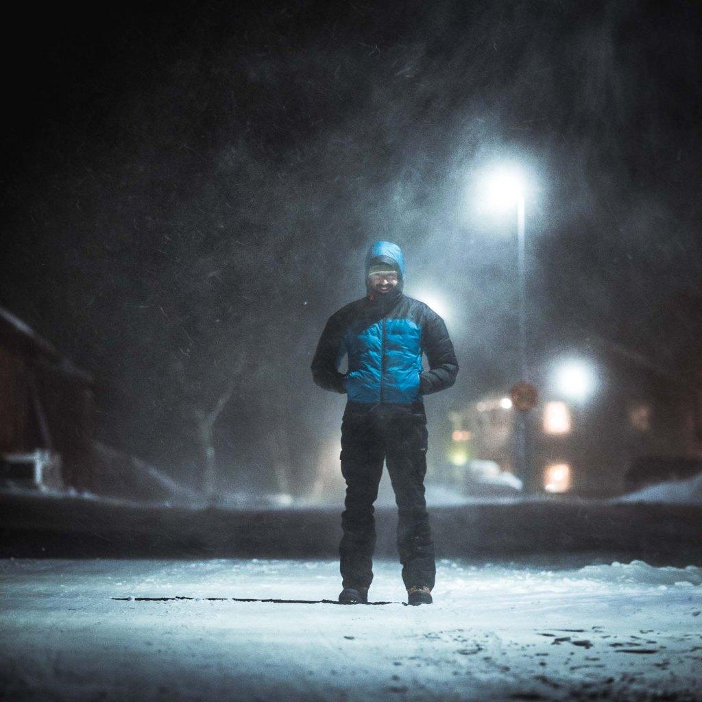 ragazzo vestito in bufera di neve abisko