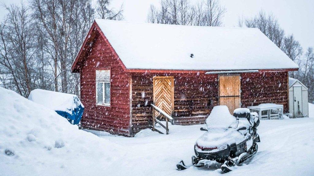 casetta e motoslitta nella neve ad Abisko nord della svezia