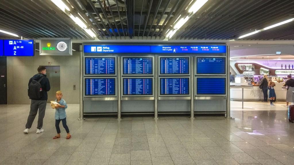 tabellone voli in partenza da francoforte viaggio al tempo del covid