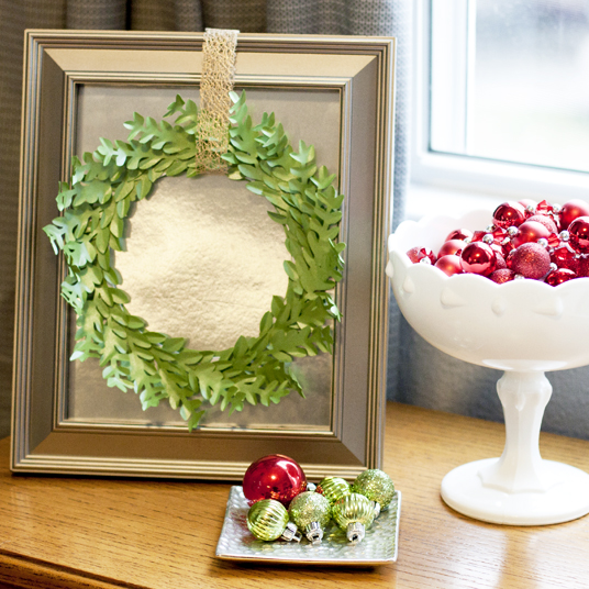 What a creative mini boxwood wreath out of paper!