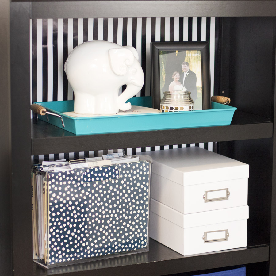 How to decorate a shelf by grounding objects with a tray. Good interior styling tip!