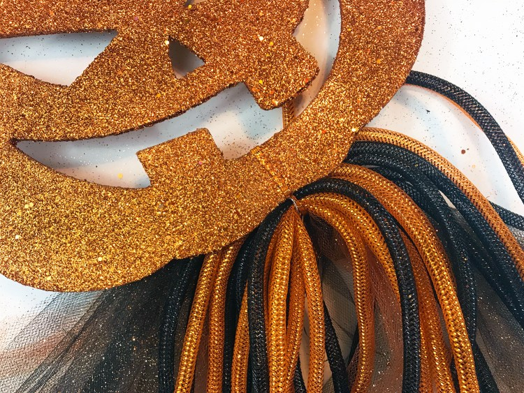 This is SO CUTE! Check out this DIY Halloween wreath made entirely out of supplies from Dollar Tree! Love this Halloween door decor idea. Inexpensive AND really easy to make.