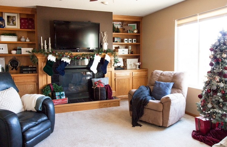 Love this classic Christmas living room tour! That's a beautiful mantel and a pretty Christmas tree. christmas home tour | holiday homes | christmas house | christmas tree pictures | christmas mantel | christmas living room | christmas blog home tour