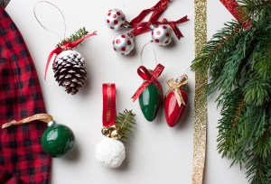 Looking for some easy DIY Christmas ornament ideas? Check these out! Made with minimal supplies, these are great for even the beginner crafter. Christmas Decorations | DIY Christmas Ideas | DIY Christmas Ornaments | Handmade Ornaments | Ornament Tutorials | DIY Christmas Tree | Cheap Christmas Ornaments