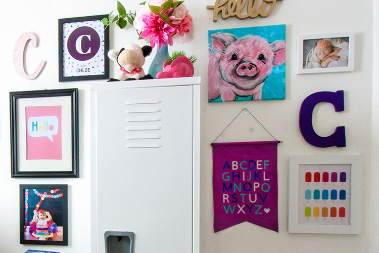 colorful-gallery-wall-in-nursery
